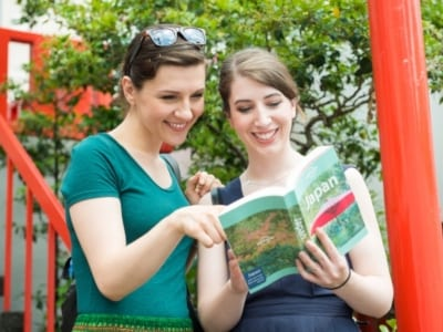 観光する外国人