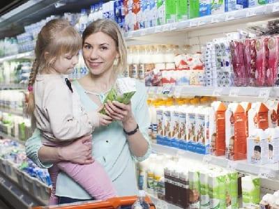 買い物をする親子の画像