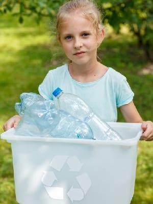 ゴミを集める子どもの画像