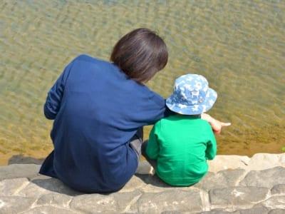 川で遊ぶ親子の画像