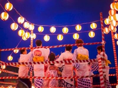 盆踊りをしている人々の画像