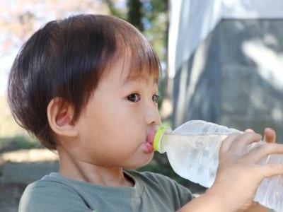 水分補給している子供の画像