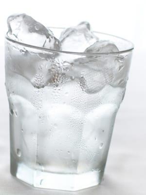 グラスに浮かぶ氷の画像