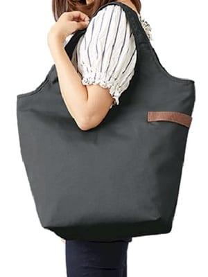 肩にトートバッグを掛ける人の画像
