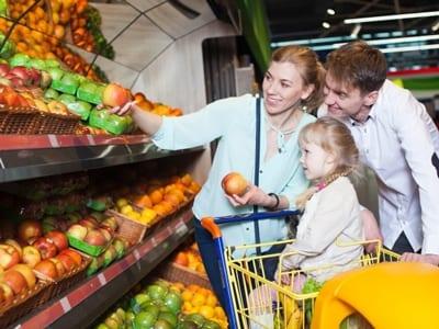 家族で買い物をする画像