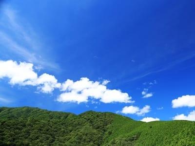 青空に雲が浮かぶ画像